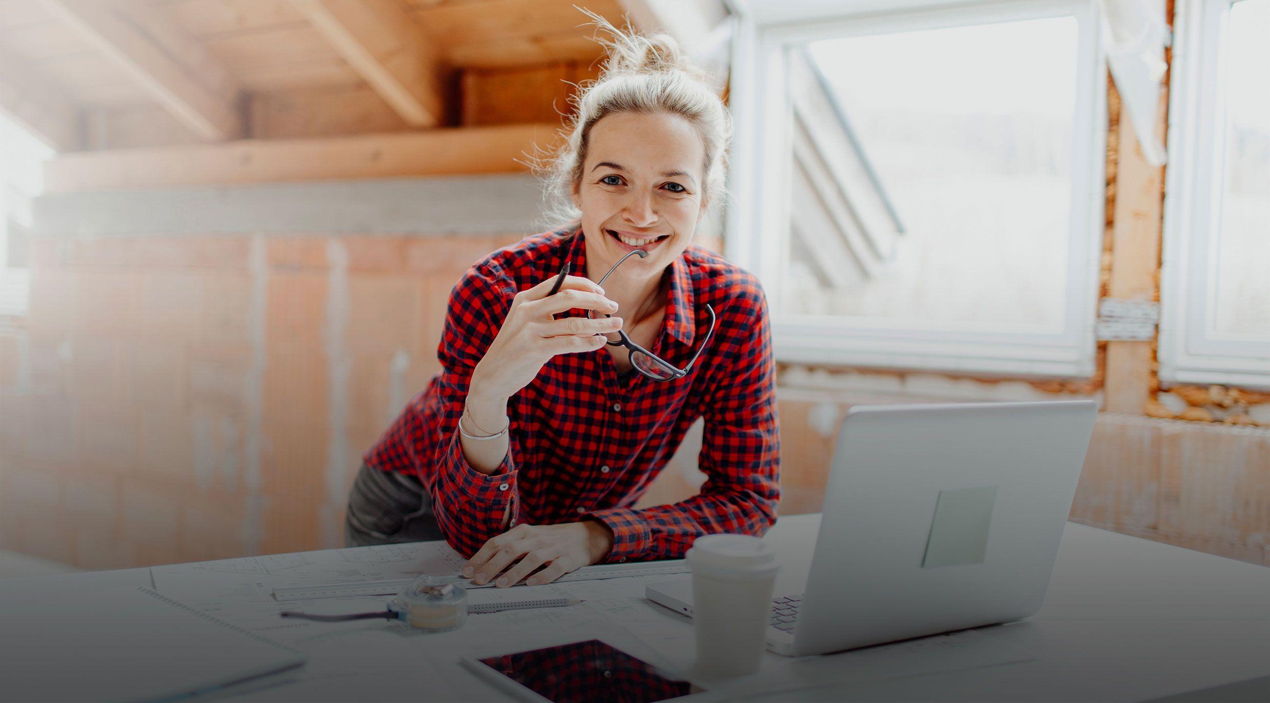 Startbild mit Frau vor Laptop, die Smart Home plant