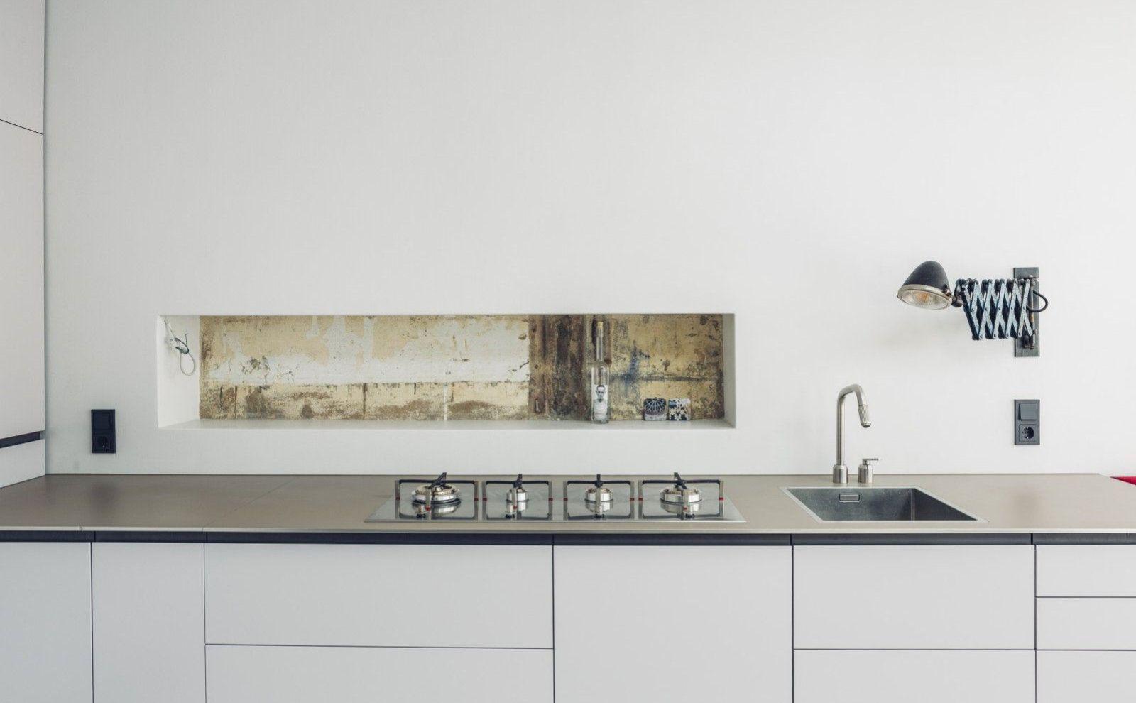 Minimalistische Küche mit sichtbarer Putzstruktur von Haufe Petereit Architekten