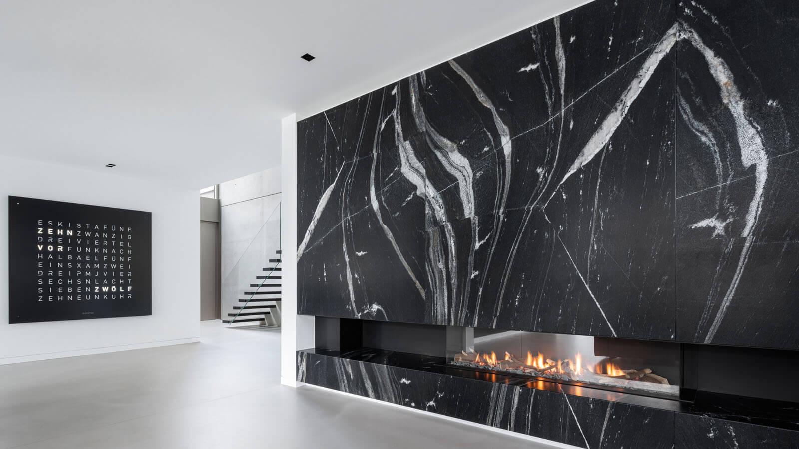 Granit Kamin in modernem Wohnhaus