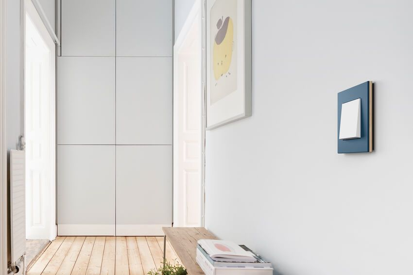Gira Esprit Linoleum-Multiplex, Blau, Tastschalter, reinweiß glänzend