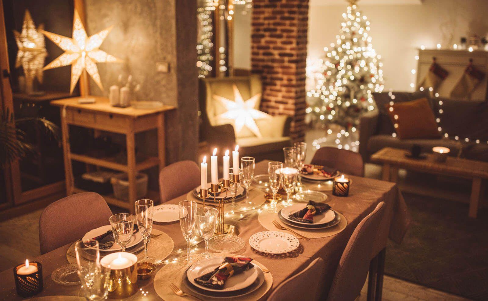 Esstisch und Weihnachtsbaum beleuchtet