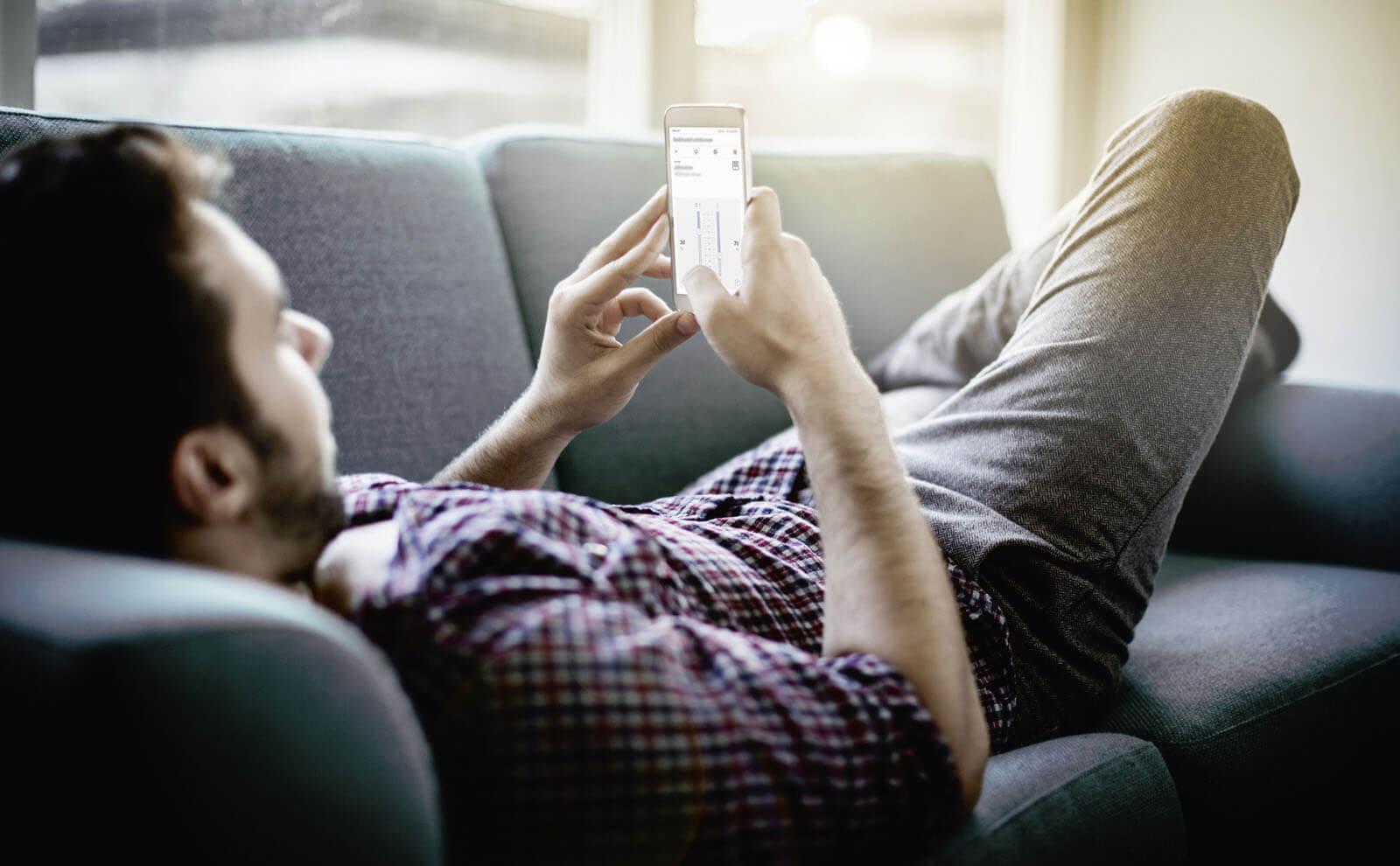 Gira X1 App Mann mit Smartphone